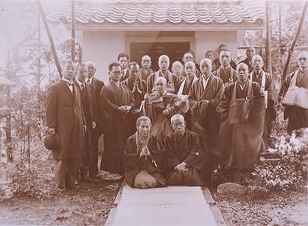 野口英世記念館内に建立した「救世観音堂」の開眼供養後の記念写真(前列右が栄)