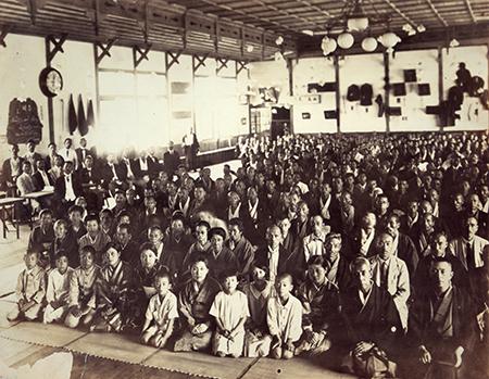 小林栄の古希祝賀会に参集した人々