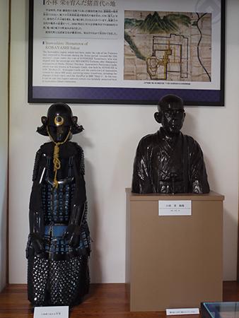 小林家伝来の甲冑と小林栄胸像